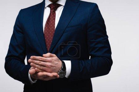 Photo pour Vue partielle de l'homme d'affaires confiant faisant des gestes avec des mains isolées sur le concept gris, d'émotion et d'expression humaine - image libre de droit