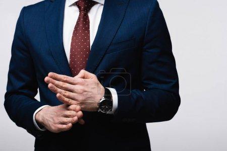 vue partielle de l'homme d'affaires confiant montrant geste d'arrêt isolé sur gris, émotion humaine et concept d'expression