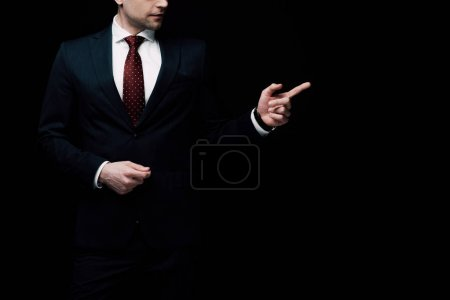 Photo pour Vue partielle de l'homme d'affaires pointant avec le doigt isolé sur le concept noir, d'émotion et d'expression humaine - image libre de droit