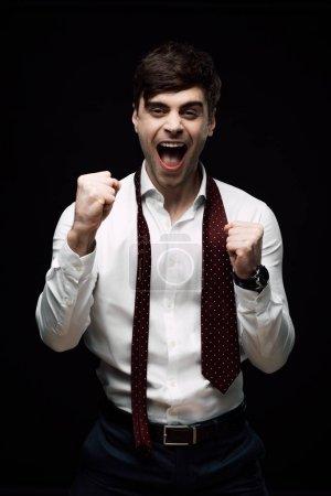 Photo pour Bouleversé, homme d'affaires ivre gestuelle avec la main et grimaçant isolé sur noir - image libre de droit