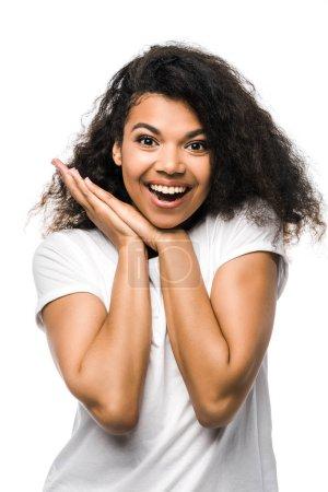 Photo pour Heureuse femme afro-américaine en t-shirt blanc debout isolé sur blanc - image libre de droit