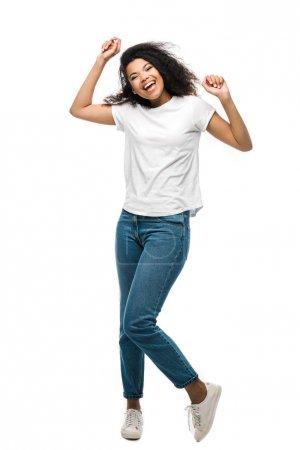 Photo pour Heureuse afro-américaine fille en jeans bleus célébrant triomphe isolé sur blanc - image libre de droit