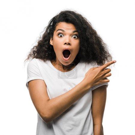 Photo pour Femme afro-américaine choquée pointant avec le doigt isolé sur blanc - image libre de droit