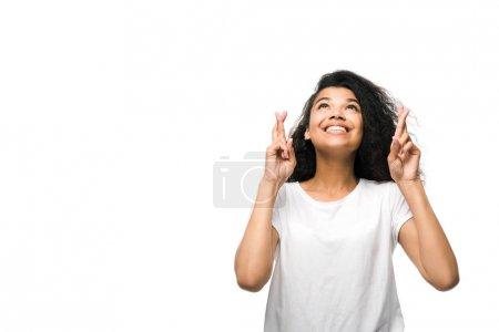 Photo pour Frisée afro-américaine fille avec les bras croisés sourire isolé sur blanc - image libre de droit