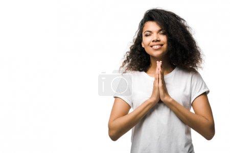Photo pour Heureuse femme afro-américaine avec les mains priantes et les yeux fermés isolés sur blanc - image libre de droit