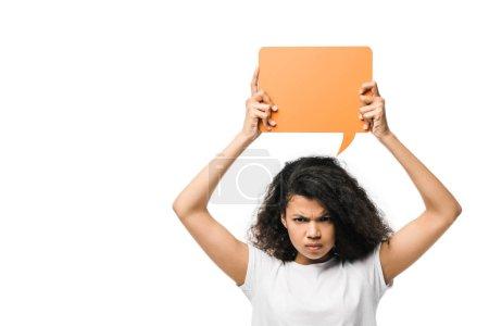 Photo pour Irrité afro-américaine fille tenant bulle de discours orange isolé sur blanc - image libre de droit