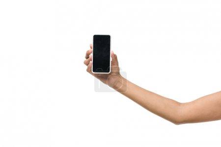 Photo pour Vue recadrée de fille américaine tenant smartphone avec écran blanc isolé sur blanc - image libre de droit