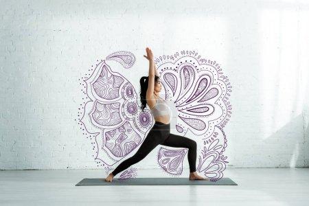 Photo pour Calme asiatique femme faire yoga exercice sur tapis de yoga près mandala ornement - image libre de droit