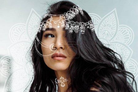 Photo pour Femme thai brune attrayante près de l'ornement floral de mandala - image libre de droit