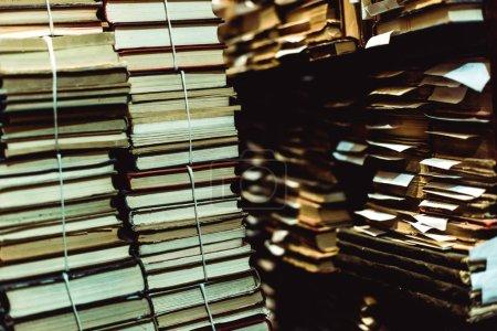Photo pour Focus sélectif des livres rétro et vintage dans la bibliothèque - image libre de droit