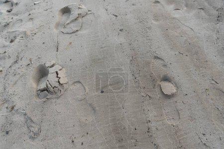 Foto de Vista superior de la arena marrón texturizada con huellas humanas - Imagen libre de derechos