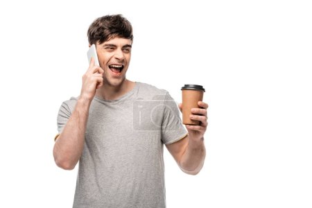 Photo pour Jeune homme gai parlant sur le smartphone et retenant le café pour aller isolé sur le blanc - image libre de droit