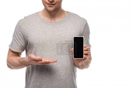 Photo pour Vue partielle de l'homme en t-shirt gris montrant smartphone avec écran blanc isolé sur blanc - image libre de droit