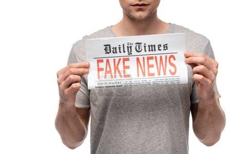 Photo pour Vue recadrée de jeune homme affichant le journal avec de fausses nouvelles d'isolement sur le blanc - image libre de droit