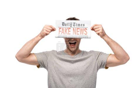 Photo pour Jeune homme affichant le journal avec de fausses nouvelles d'isolement sur le blanc - image libre de droit