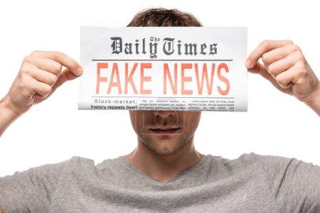 Photo pour Jeune homme montrant journal avec de fausses nouvelles isolé sur blanc - image libre de droit