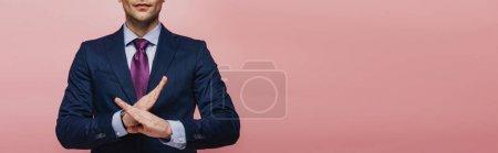 Photo pour Vue recadrée de l'homme d'affaires affichant le geste de refus d'isolement sur le rose, projectile panoramique - image libre de droit