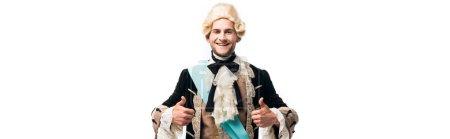 Photo pour Tir panoramique de l'homme victorien heureux dans la perruque affichant des pouces vers le haut d'isolement sur le blanc - image libre de droit