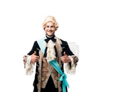 Photo pour Homme victorien heureux dans la perruque affichant des pouces vers le haut d'isolement sur le blanc - image libre de droit