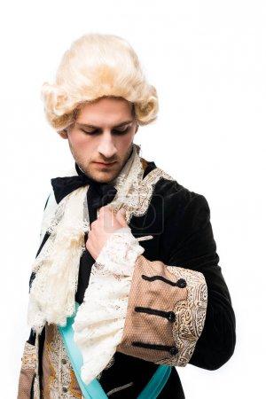 Foto de Caballero victoriano en peluca mirando traje aislado en blanco - Imagen libre de derechos