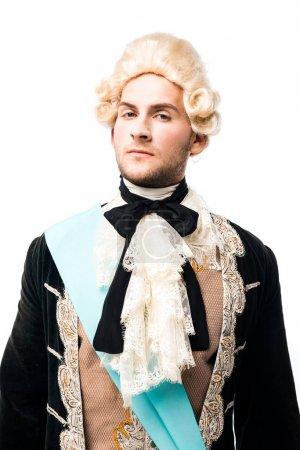 Photo pour Homme victorien pompeux dans la perruque regardant l'appareil-photo d'isolement sur le blanc - image libre de droit