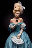 """Постер, картина, фотообои """"молодая викторианская женщина, держащая бокал вина и вентилятор на черном"""""""