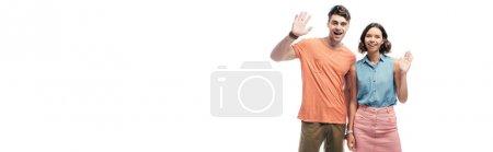 Photo pour Plan panoramique de joyeux homme et femme agitant les mains et regardant la caméra isolée sur blanc - image libre de droit