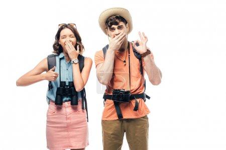Photo pour Deux touristes heureux affichant le pouce vers le haut et le signe ok tout en regardant l'appareil-photo isolé sur le blanc - image libre de droit