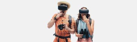 Photo pour Photo panoramique de deux touristes surpris à l'aide de casques de réalité virtuelle isolés sur le gris - image libre de droit