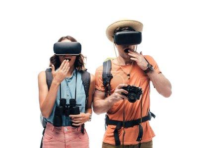 Photo pour Deux jeunes touristes choqués à l'aide de casques de réalité virtuelle isolés sur le blanc - image libre de droit