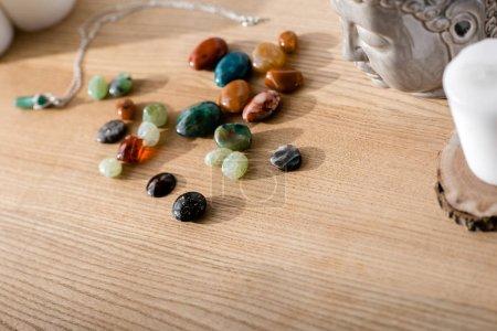 Photo pour Pierres semi-précieuses colorées vives sur la surface en bois brun - image libre de droit