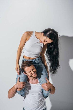 Foto de Feliz pareja joven jugando piggybacking con los ojos cerrados - Imagen libre de derechos