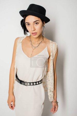 Photo pour Attrayant fille en vêtements élégants regardant caméra - image libre de droit
