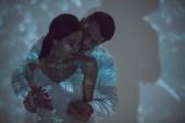"""Постер, картина, фотообои """"пара в любви обниматься и целоваться, стоя на темном месте"""""""