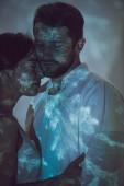 """Постер, картина, фотообои """"два влюбленных человека обнимались, стоя на темном месте"""""""