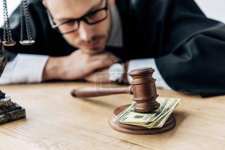 Photo pour Mise au point sélective de marteau en bois sur l'argent près du juge dans les verres - image libre de droit