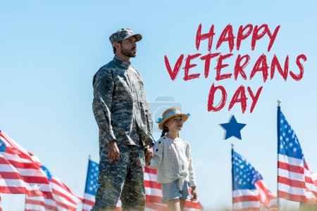 Photo pour Gosse mignon retenant des mains avec le père militaire près des drapeaux américains avec l'illustration heureuse de jour d'anciens combattants - image libre de droit
