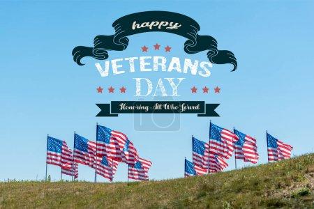 Photo pour Drapeaux américains nationaux sur l'herbe verte contre le ciel bleu avec le jour heureux d'anciens combattants, honorant tous ceux qui ont servi l'illustration - image libre de droit