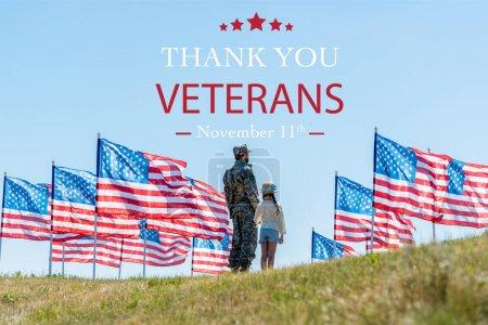Photo pour Homme en uniforme militaire debout avec fille près des drapeaux américains avec illustration merci vétérans - image libre de droit