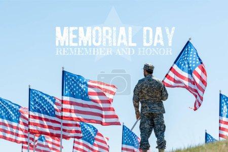 Foto de Hombre con uniforme militar y gorra de pie y la celebración de la bandera americana con el día conmemorativo, recordar y honrar la ilustración - Imagen libre de derechos