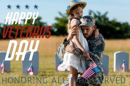 Photo pour Père militaire en uniforme étreignant l'enfant près des pierres tombales dans le cimetière avec jour des anciens combattants heureux, en l'honneur de tous ceux qui ont servi illustration - image libre de droit