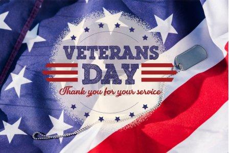 Photo pour Insigne métallique sur la chaîne près du drapeau américain avec des étoiles et des rayures avec la journée des anciens combattants, en l'honneur de tous ceux qui ont servi l'illustration - image libre de droit