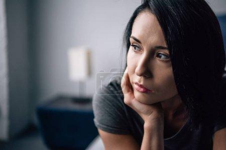 Photo pour Foyer sélectif de belle femme déprimée regardant loin à la maison - image libre de droit