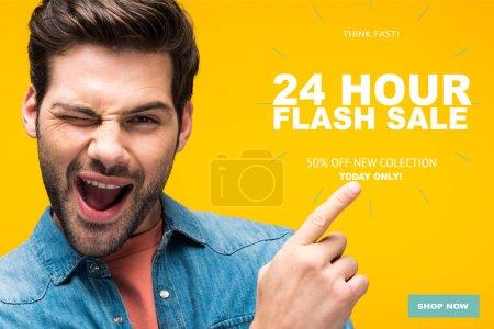 Foto de Guapo hombre apuntando con el dedo a la ilustración de venta flash las 24 horas y ganando aislado en el concepto de compra en línea amarillo. - Imagen libre de derechos