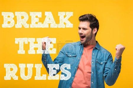 glücklicher gutaussehender Mann zeigt Ja-Geste isoliert auf gelb mit Regelbruch Illustration