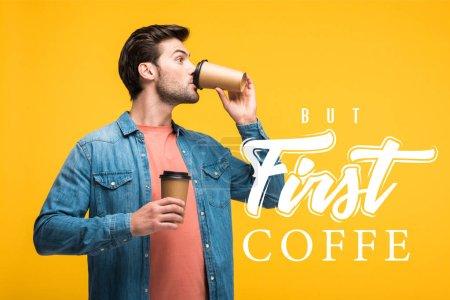 Photo pour Bel homme buvant du café pour aller isolé sur jaune avec mais premier exemple de café - image libre de droit