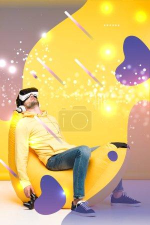 Photo pour KYIV, UKRAINE - 12 AVRIL : homme dormant sur une chaise de sac de haricot avec joystick en réalité virtuelle casque sur jaune avec fantaisie cyber illustration - image libre de droit