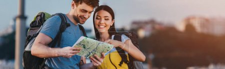 Photo pour Tir panoramique de bel homme et femme asiatique regardant la carte - image libre de droit