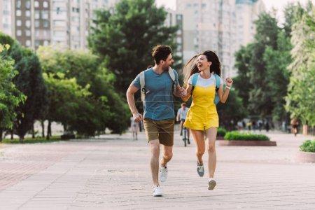 Photo pour Bel homme et asiatique femme courir et regarder les uns les autres - image libre de droit