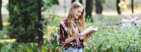 Photo pour Plan panoramique de belle fille en vêtements décontractés livre de lecture - image libre de droit